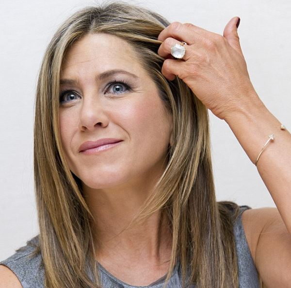 Jennifer aniston shows wedding ring