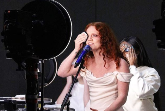 11f07f4f058 Jess Glynne powerfully removes make-up during Brit performance